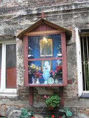 Kapliczka drewniana przy ulicy Brzeskiej 11