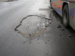 Ubytki asfaltu na Markowskiej