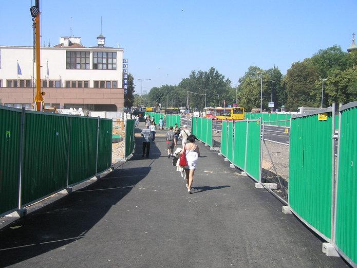 Tymczasowe przejście dla pieszych na ulicy Targowej
