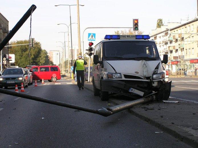 Samochód Straży Miejskiej zatrzymał się na latarni