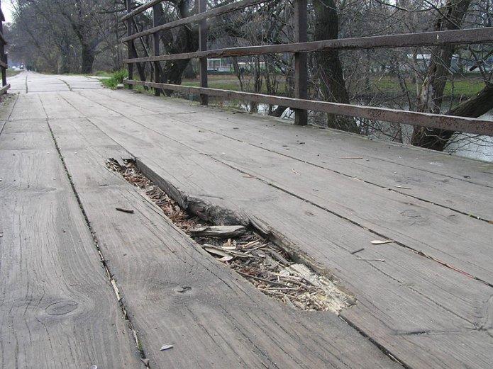 Uszkodzony mostek przy jeziorku Kamionkowskim