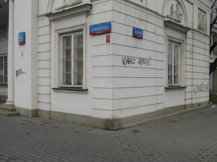 Graffiti na elewacji zabytkowej rogatki