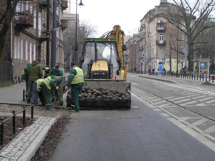 Układanie kostki granitowej na Kawęczyńskiej