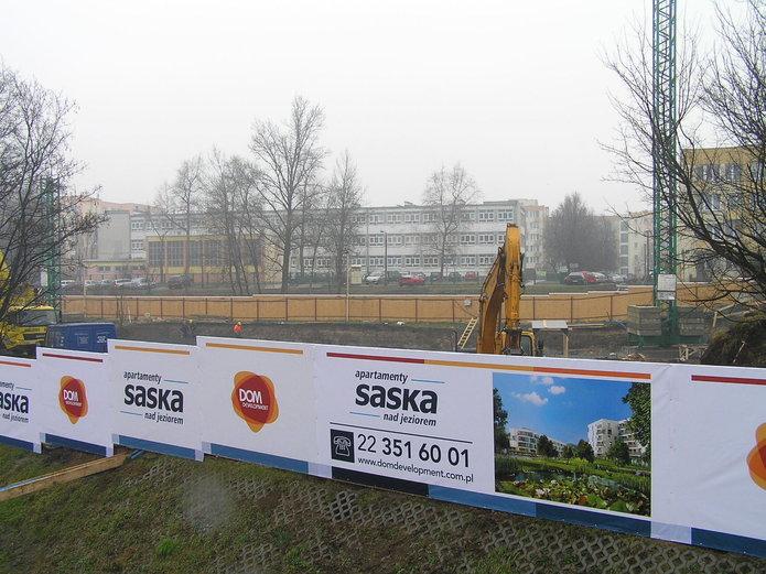 Trwa budowa apartementów nad jeziorem