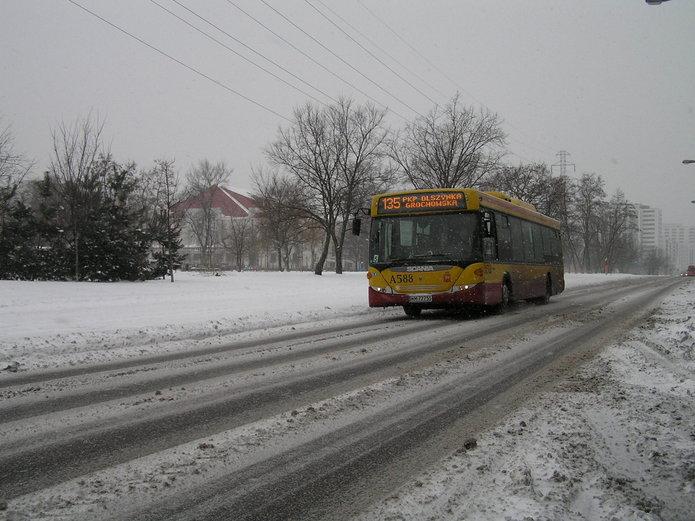 Autobus linii 135 na ulicy Jana Nowaka-Jeziorańskiego