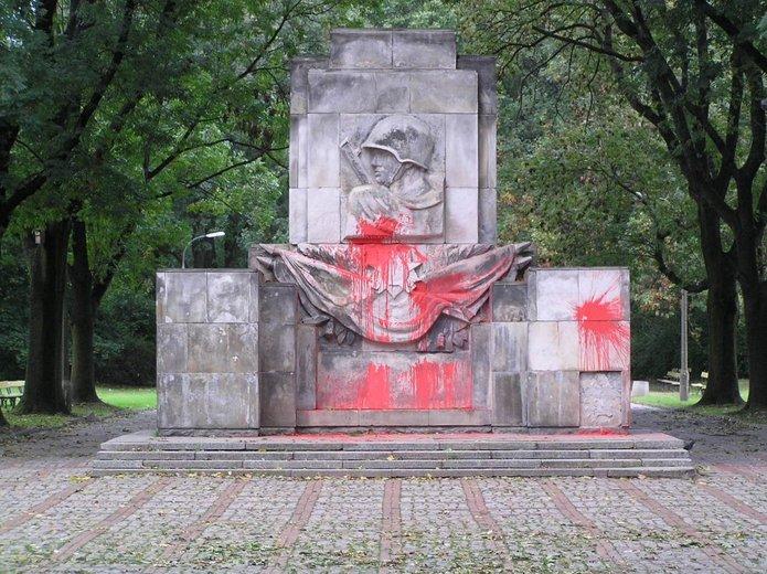 Pomnik wielokrotnie był niszczony farbą