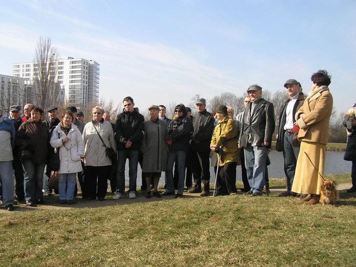 Mieszkańcy nad brzegiem jeziorka Gocławskiego