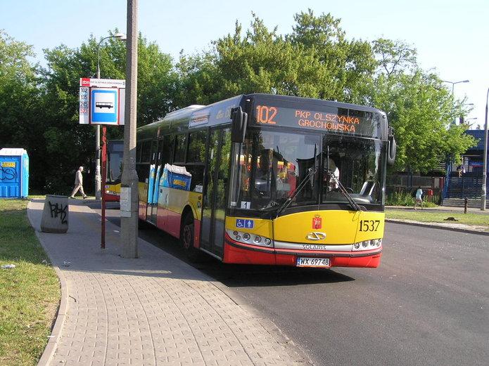 Autobus linii 102 na pętli Olszynka Grochowska