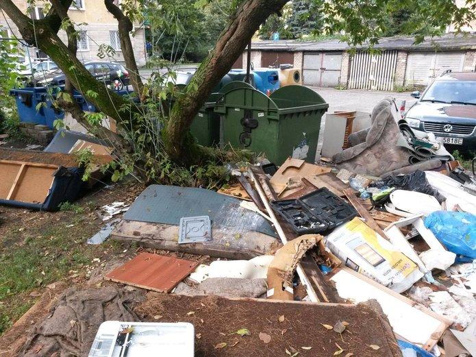 Śmieci na podwórzu przy Grochowskiej 277