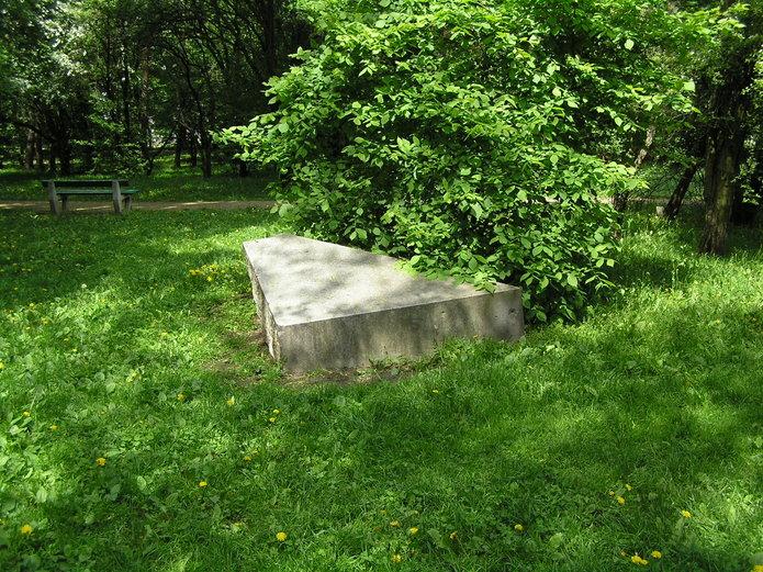Cokół pomnika Lotnika wparku Leśnika