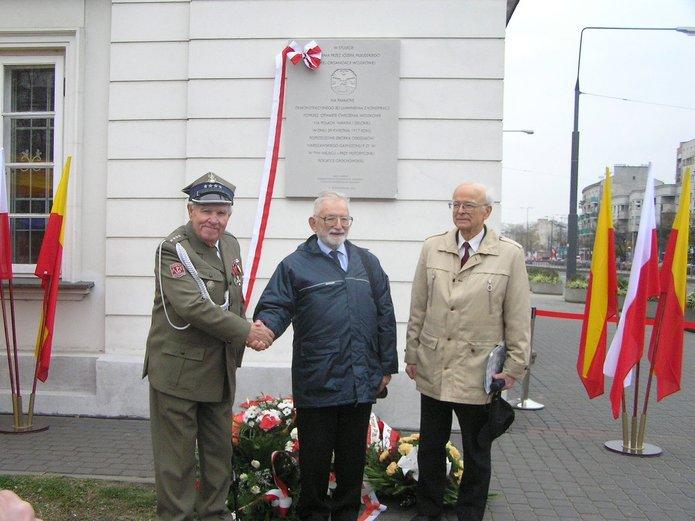 Tadeusz Burchacki (pierwszy zprawej) przy tablicy POW