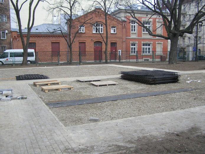 Elementy ogrodzenia na placu budowy