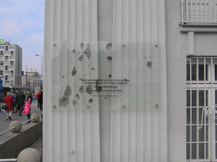 Tablica na budynku PKP PLK przy Targowej 74