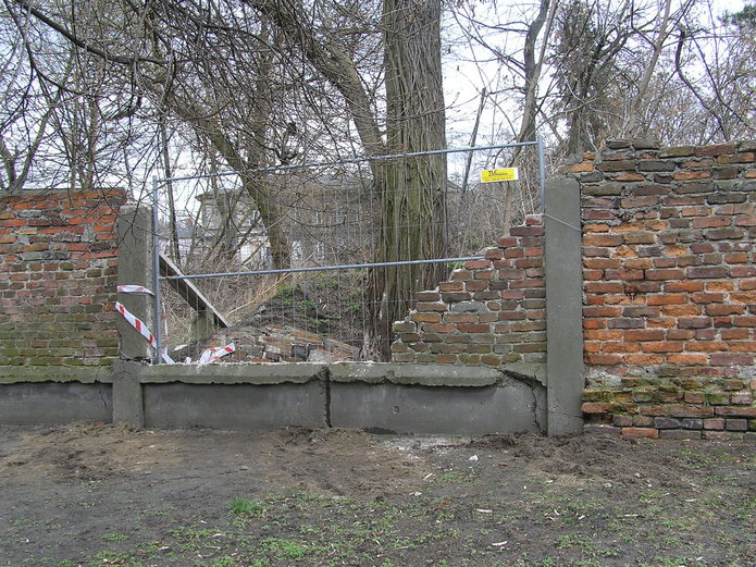 Zawalony fragment mury od strony ul. Terespolskiej