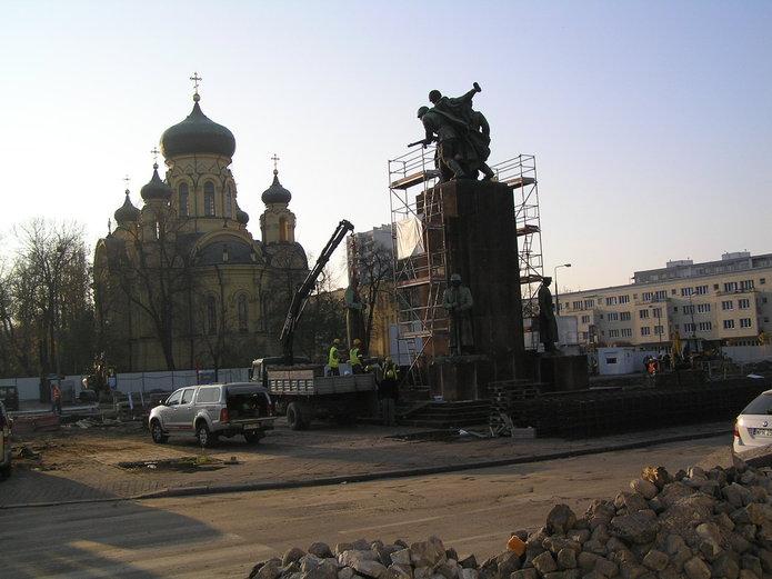 Domentaż pomnika Braterstwa Broni w2011 roku