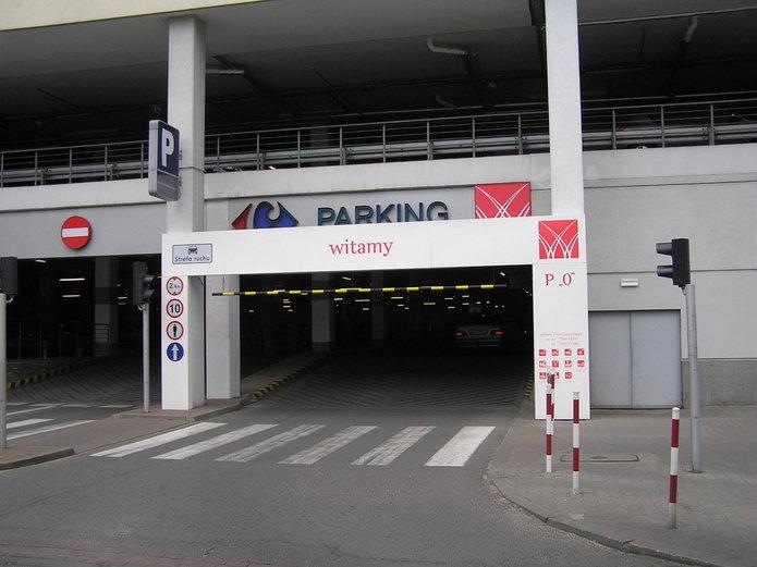Wjazd na parking Galerii Wileńskiej od strony ulicy Białostockiej