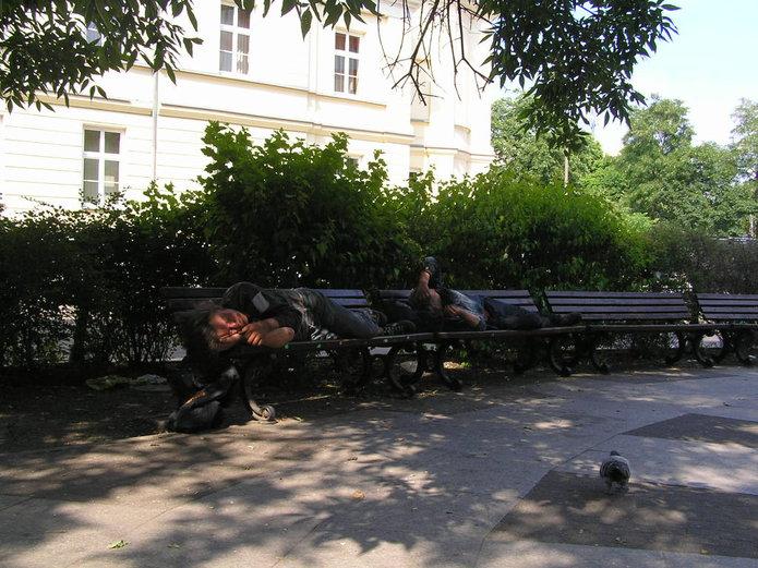 Bezdomni śpią na ławkach