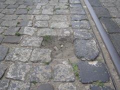 Uszkodzona nawierznia ulicy Kawęczyńskiej