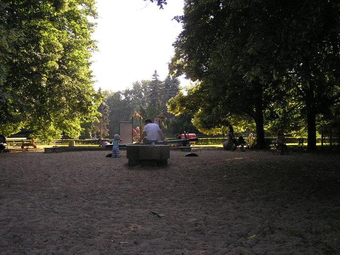 Pusty plac zabaw wparku Skaryszewskim