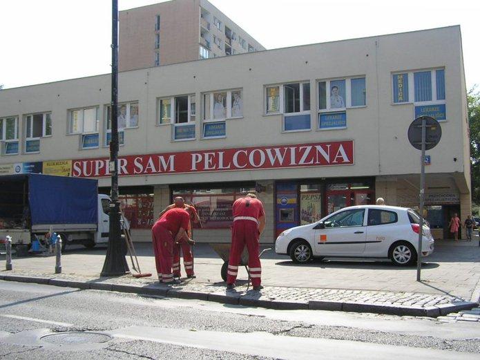 Montaż słupków przed sklepem Pelcowizna