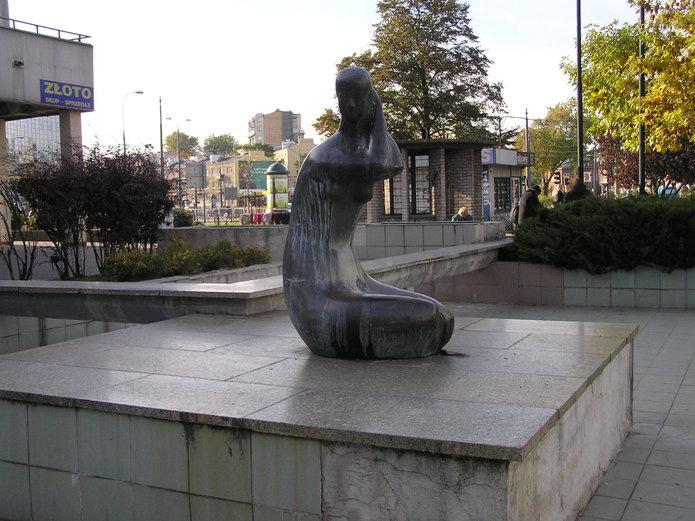 Rzeźba Panienka przed Universamem