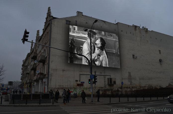 Ekran kina na ścianie przy Targowej 62, fot. K. Ciepieńko