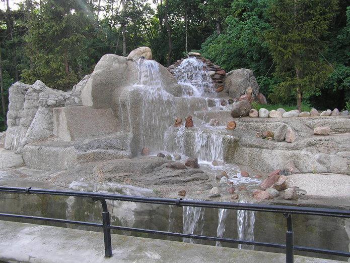 Wodospad na wybiegu dla niedźwiedzi