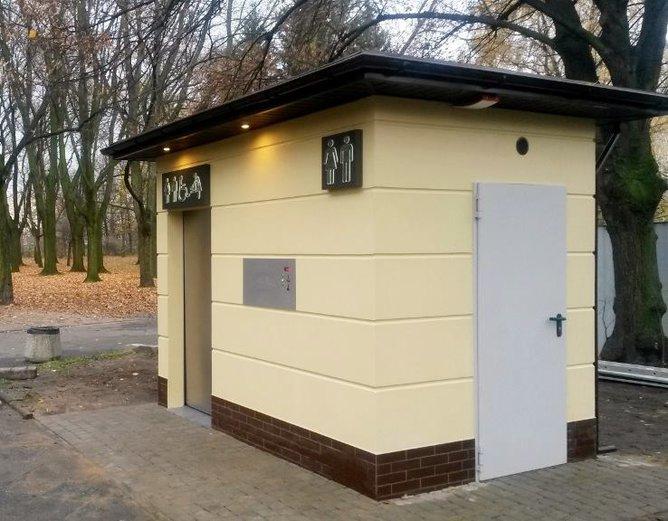 Zniszczona toaleta wparku Praskim, fot. ZOM