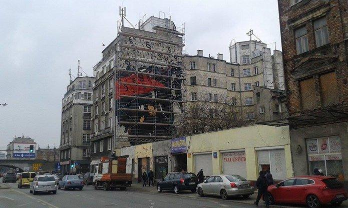Znika kontrowersyjny mural przy Targowej 15