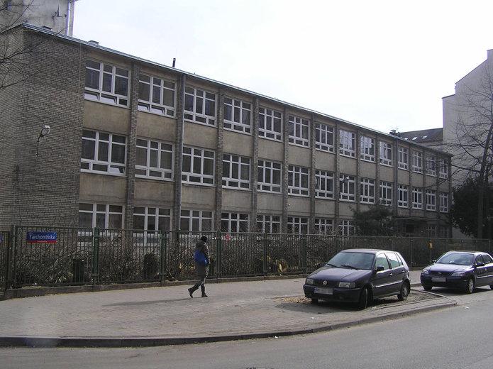 Szkoła przy Tarchomińskiej 4 przed remontem