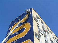 Prace nad muralem przy Kijowskiej 11