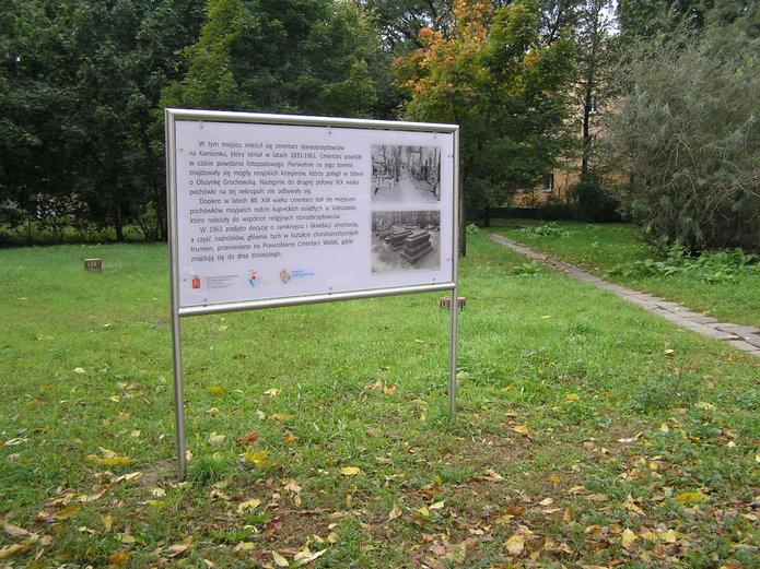 Tablica na terenie dawnego cmentarza