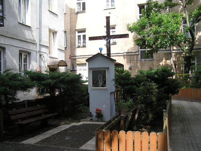Kapliczka przy Okrzei 5 na Pradze