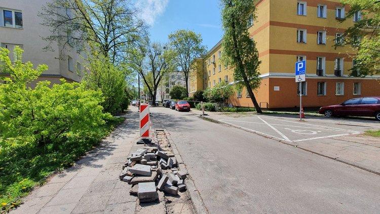Trwa wymiana chodnika na Rębkowskiej