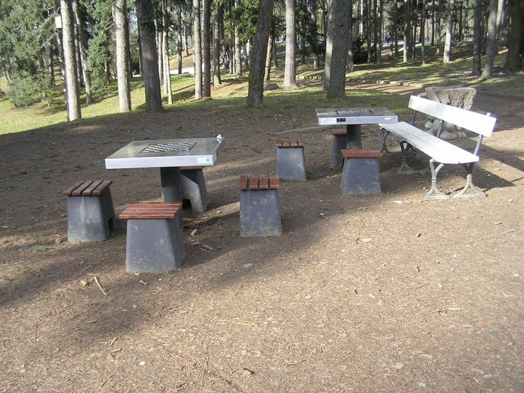 Stoliki szachowe wparku Skaryszewskim wWarszawie