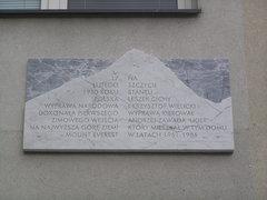 Tablicę pamiątkową upamiętniającą pierwsze zimowe wejście na Mount Everest