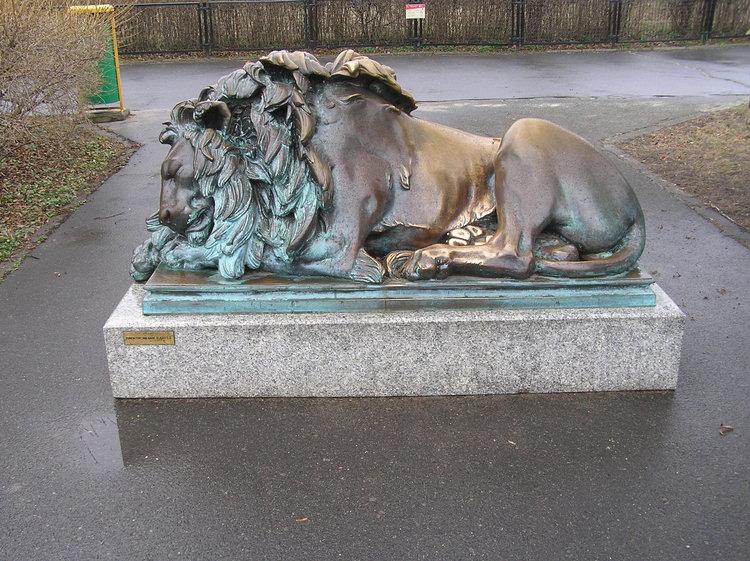 Rzeźba Śpiący lew wWarszawie