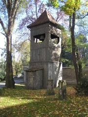 Zabytkowa dzwonnica na cmentarzu Kamionkowskim